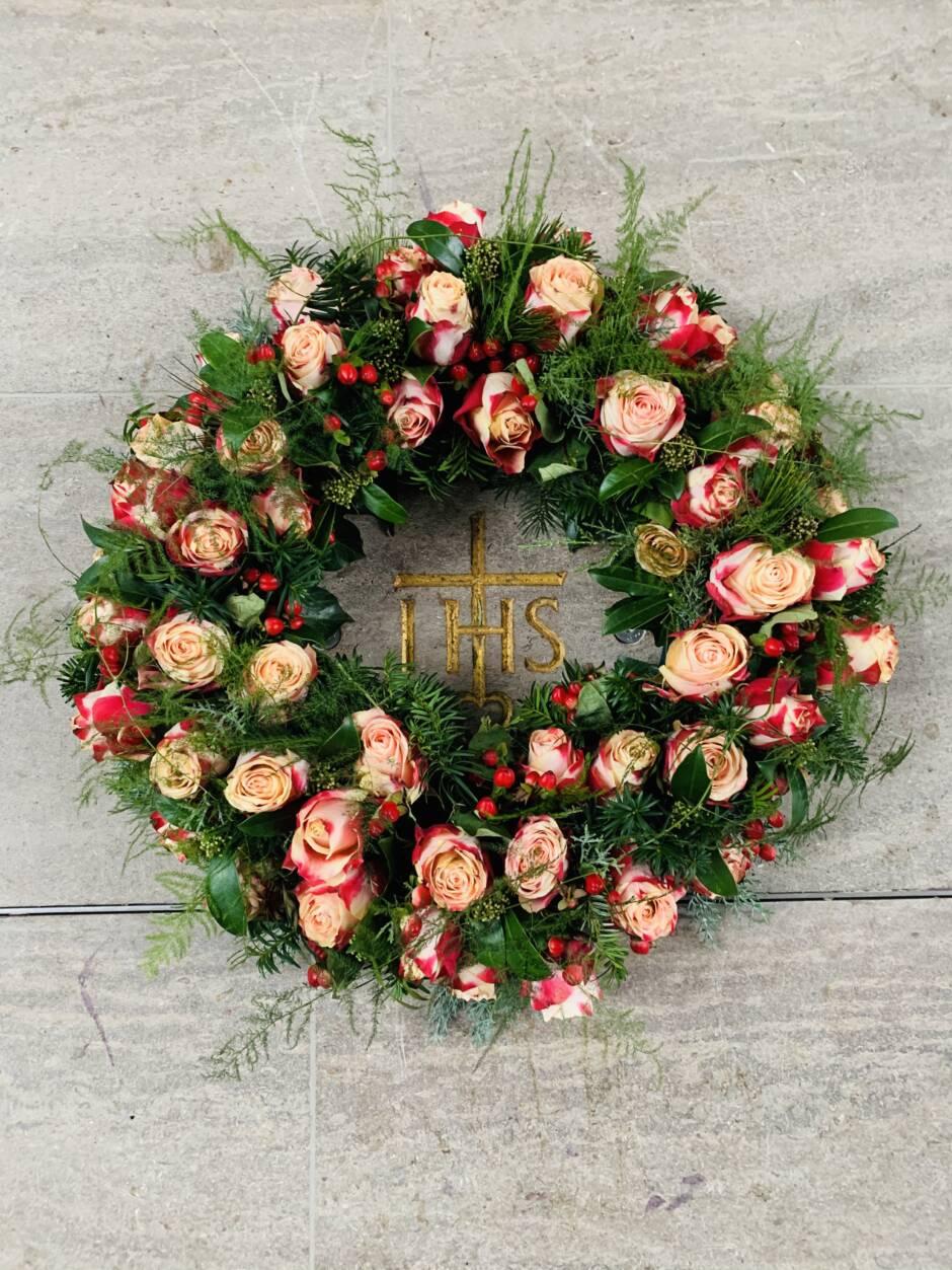 Platte für Urneneinlass mit Blumenkranz