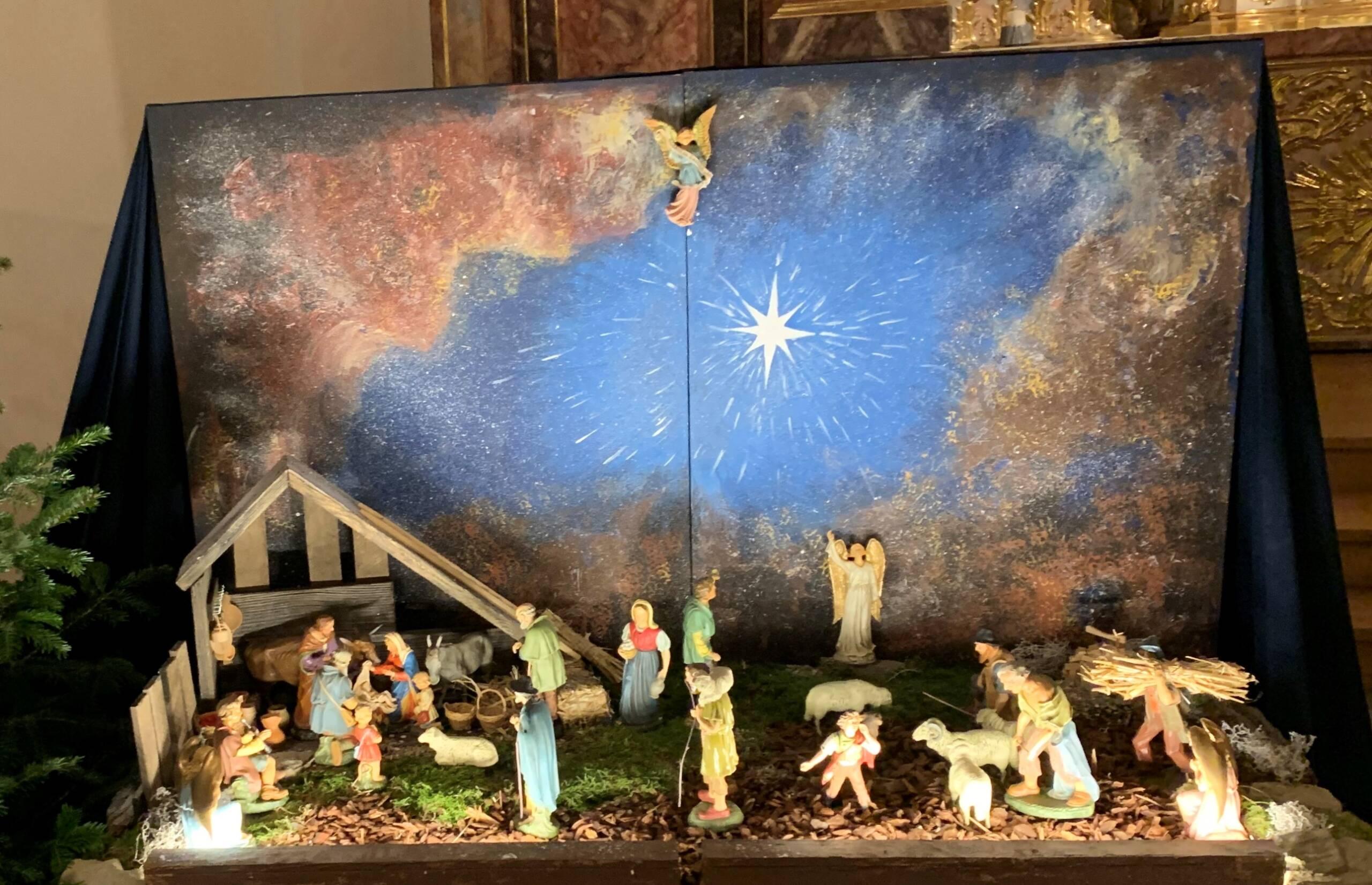 Das Bild zeigt eine Eine Weihnachtskrippe ist eine Darstellung der Geburt Christi aus der Weihnachtsgeschichte oder anderer Szenen aus dem Leben Jesu Christi mit Figuren in einer Modelllandschaft, die einen Ort bei Betlehem symbolisiert.